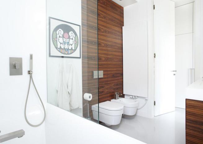 Łazienka bez płytek. Minimalistyczna aranżacja małej łazienki