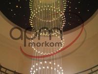 Oświetlenie dekoracyjne światłowodowe w wysokich wnętrzach