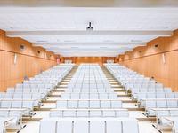 Oryginalne aranżacje biur w białym kolorze