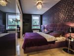 Fioletowa sypialnia i niebanalne ściany w sypialni sposobem na aranżację