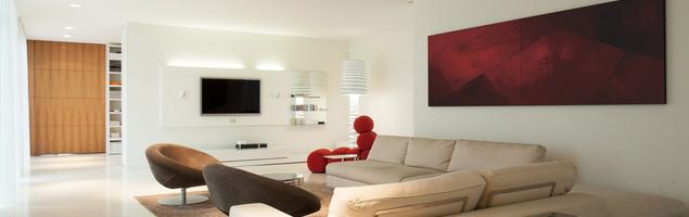 Biały salon z czerwonymi dodatkami